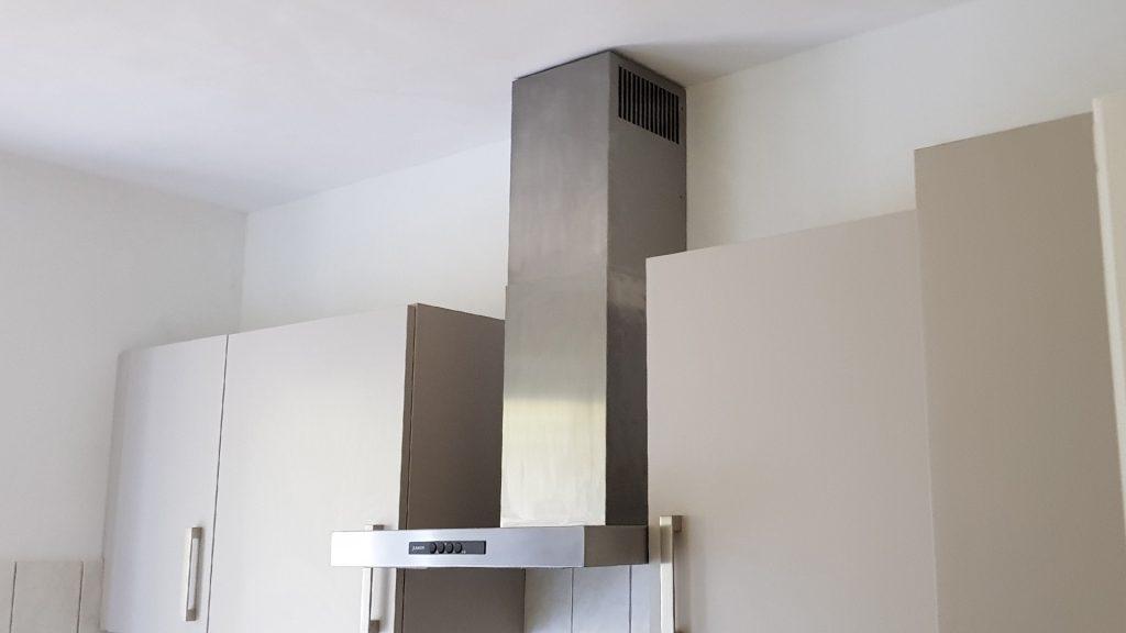 Küchen- Renovierung:  Wände und Decke mit Kalkkind Marmorputz und neu lackierte Einbauschränke